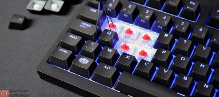 Une pince permet de retirer les keycaps du clavier en quelques secondes