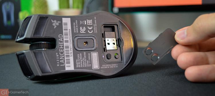 Une trappe permet de ranger l'émetteur sans fil de la souris