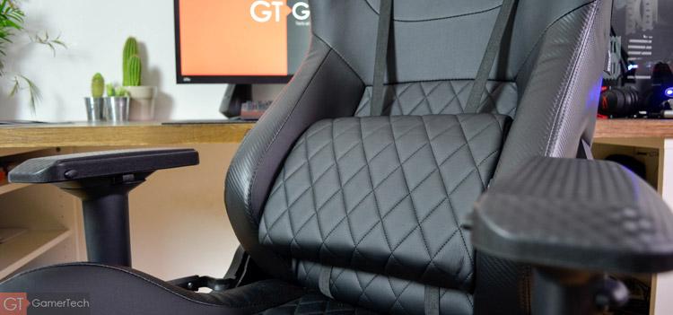 La chaise gaming dispose d'un coussin pour les lombaires