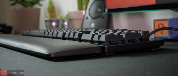 Un repose-poignet accompagne le clavier gamer de Logitech G