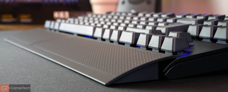 Le clavier dispose d'un repose-poignet amovible