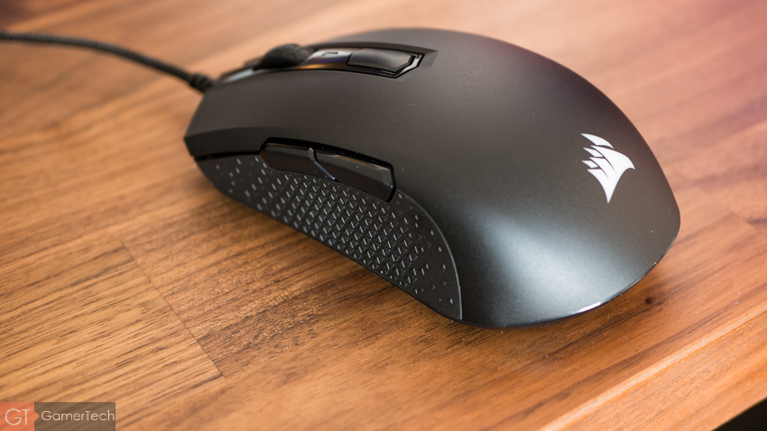 La souris Corsair M55 dispose d'un grip latéral original.
