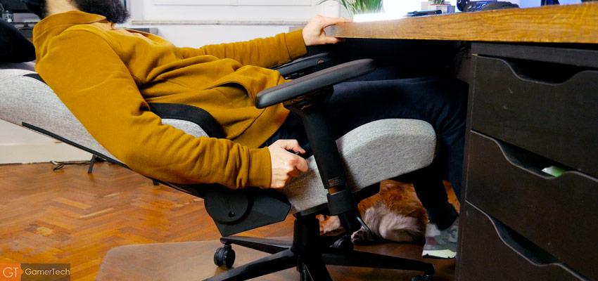 La chaise dispose de nombreux ajustements ergonomiques