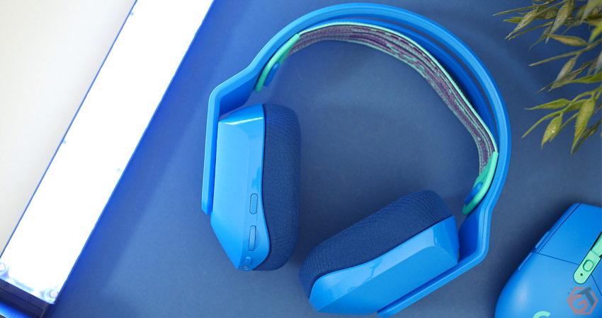 Le casque dispose d'un design coloré et tout en plastique