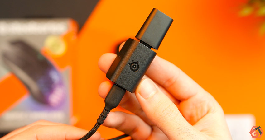 La connexion s'effectue via un dongle USB-C et un adaptateur est dans la boite