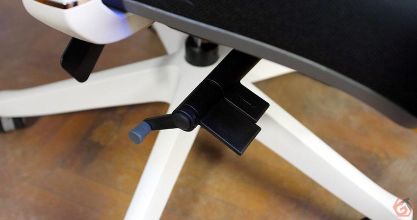La chaise propose de nombreux ajustements ergonomiques