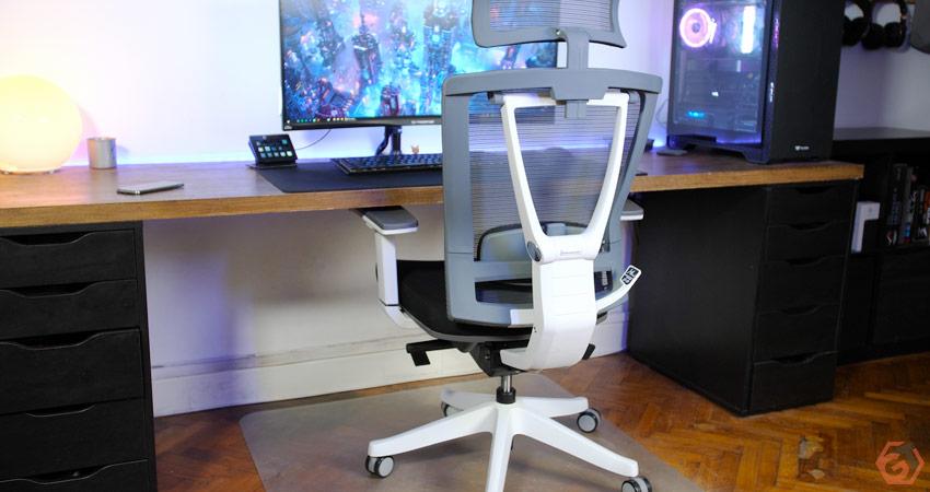 Un fauteuil ergonomique qui s'adapte bien à un setup gamer
