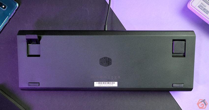 Le clavier dispose de deux pieds rétractables